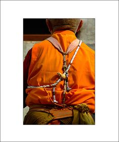 Chank Shell (Rosary) - Copyright James Wainwright A Tibetan lama in Boudhanath, Nepal, wearing a mala made of chank shell with a large ivory guru bead. The set of silver counters help keep track of mantra recitations. Ethnic Design, Shells, Leather Jacket, Amulets, Prayer Beads, Conch, Diy Tutorial, Astrology, Spiritual