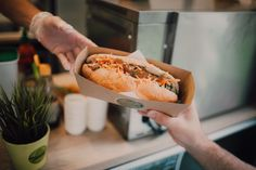Hot Dog Buns, Hot Dogs, Fancy Drinks, Urban City, Food Truck, Street Food, Dishes, Garden, Ethnic Recipes