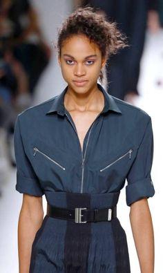 Na Hermès, houve uma releitura do 'power dressing' que definiu a mulher emancipada dos anos 1980 AFP PHOTO / PATRICK KOVARIK