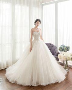 20 Ultra Romantic Wedding Dresses With a Dash of Sweet Modern Twist