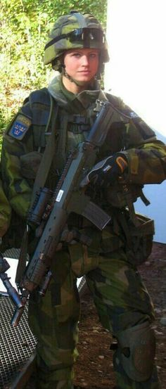 Swedish Armed Forces, Female Army Soldier, Swedish Army, Military Women, Other People, Lol, Army Girls, Soldiers, Guns