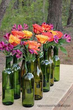 groene wijnflessen zonder etiket als vaasjes
