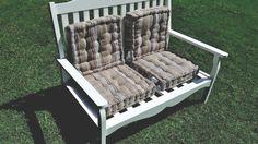 ON SE DÉTEND AU JARDIN    Aménagez un coin détente dans votre jardin. Rien de plus simple avec ce meuble assorti de coussins!