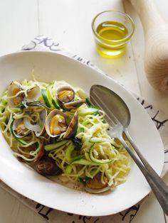 フライパン1つで!アサリと夏野菜のバジル塩麺 by 齋藤 礼奈 / アサリの旨みとズッキーニやきゅうり、バジルのさわやかな味わいが楽しめるスピードメニュー。やきそば麺を使うので、フライパン1つで簡単♪夏のお昼にいかがですか? / Nadia