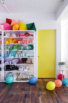El colorista nuevo estudio de OhHappyDay. ¡Me lo quedo todo! Uses For Dryer Sheets, Home Decoracion, Diy Hanging Shelves, Yellow Doors, Home Office Decor, Office Den, Office Decorations, Office Furniture, Furniture Ideas