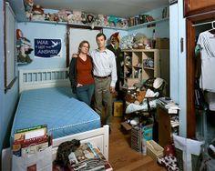 Eltern in den Zimmern ihrer ausgezogenen Kinder von Dona Schwartz