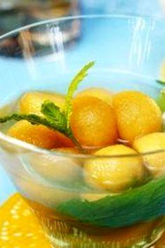 Idéal quand il fait chaud et conviviale, cette soupière de melon glacée au champagne est parfaite pour un apéro estival ! #recette #apéro #cocktail #melon #champagne #été #Gourmandiz 20 Min, Fruit Salad, Pickles, Cucumber, Champagne, Desserts, Cocktails, Chicken Flatbread, Drink