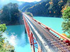 大井川鐵道が運行する井川線、通称南アルプスあぷとラインは、千頭駅から井川駅間の25.5kmを結び、小さめの赤いトロッコ列車が奥大井の秘境へと誘います。鉄道日本一の急勾配の山を登り下りする為、途中日本国内唯一のアプト式電気機関車と連結。そんな作業風景も見所の一つで、アトラクションのようなワクワク感満載の列車です。車掌さんの楽しい見所ガイドを聞きながら、奥大井の渓谷美を思いっきり堪能してみませんか?