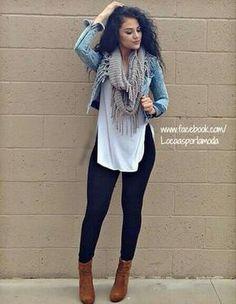 Pantalón negro, botines cafés, blusa larga blanca, chaqueta y bufanda gris