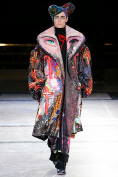 See all the Collection photos from Yohji Yamamoto Autumn/Winter 2014 Ready-To-Wear now on British Vogue Fashion Moda, Look Fashion, Diy Fashion, Runway Fashion, Ideias Fashion, Fashion Show, Fashion Outfits, Womens Fashion, Yohji Yamamoto
