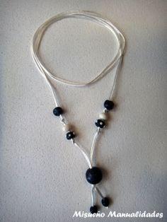 Collar de bolas azules de Fimo montado con cola de ratón blanco.  www.misuenyo.com / www.misuenyo.es