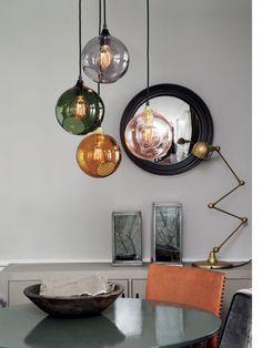 Composición de lámparas iguales pero en diferentes colores.