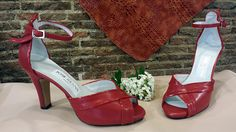 Sandalias en rojo combinado con charol del mismo color.