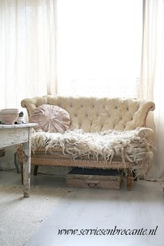 tho I tend to balk at photo'd sofa's in distress... I love this one! Just look at that texture (serviesenbrocante.nl)