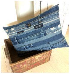 """Upcycling """"Blue Jeans Love"""": Streifen vom Bund zu Kissenhülle vernähen. Individuelle Recycling Idee für alte Jeans."""