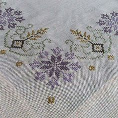 Myslíme si, že by sa vám mohli páčiť tieto piny - tonka. Cross Stitch Borders, Cross Stitch Flowers, Cross Stitch Designs, Cross Stitching, Cross Stitch Patterns, Folk Embroidery, Embroidery Patterns Free, Cross Stitch Embroidery, Palestinian Embroidery