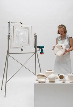 Design assisté Design improvisé  plâtre par Annika Frye  Annika Frye utilise ici la rotation et une gamme de moules aléatoires afin de créer des pièces uniques de plâtre. Les créations sont ensuite sablées à l'extérieur et l'intérieur est recouvert de vernis.