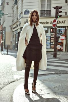 Christine Centenera : cape Burberry, robe 3.1 Phillip Lim, pantalon Bassike, chaussures Céline