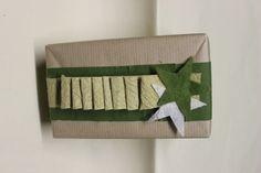 lange strook uit geschept papier knippen en om de +-6cm plooien en vast nieten
