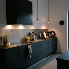 Hemma hos kund , en svartlackad Box i ett modernt Black Kitchens, Cool Kitchens, Kitchen Furniture, Kitchen Decor, Interior Design Living Room, Interior Decorating, Beautiful Kitchens, Layout Design, Kitchen Remodel