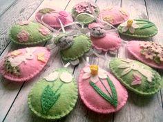 Feltro della decorazione di Pasqua uova con fiori di DusiCrafts
