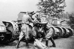 Le climat pesant de la Seconde Guerre mondiale n'empêche pas ces soldats français de profiter d'un moment de détente avant les combats.
