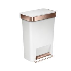 Add style and function to your home with this Rectangular Pedal Bin with Pocket Liner from simplehuman. Made from stainless steel in rose gold colour and a white plastic finish the 45L capacity featur