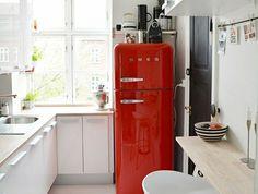 2-cuisine-blanche-laquéе-avec-frigo-rouge-sol-en-parquet-blanc-laqué-meubles-de-cuisine