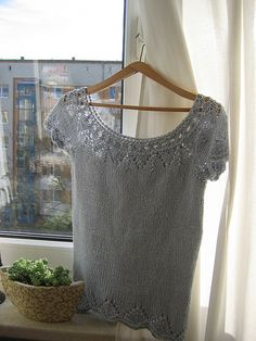 Short sleeved top pattern by DROPS design - Ravelry: Project Gallery for Short sleeved top in in Safran and Alpaca pattern by DROPS design - Lace Knitting Patterns, Knitting Stiches, Easy Knitting, Cardigan Pattern, Top Pattern, Summer Knitting, Drops Design, Knit Fashion, Clothing Patterns