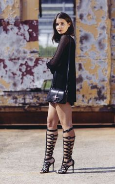 Black gladiator heels and black outfit. Gladiator Sandals Outfit, Gladiator Boots, Black Sandals, Looks Total Black, Pernas Sexy, Leder Outfits, All Black Outfit, Womens Fashion, Fashion Trends