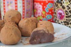 Deze suikervrije chocolade truffels met een touch of Salted Caramel zijn lekker makkelijk om te maken, je hoeft de oven niet eens te gebruiken! Daarnaast zijn ze ook nog eens koolhydraatarm en ook geschikt voor diabetici. Op deze foto lijkendesuikervrije