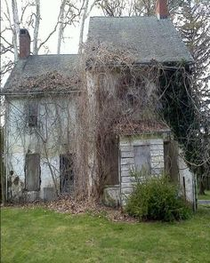 Spooky Old Farm House Abandoned Property, Old Abandoned Houses, Abandoned Mansions, Abandoned Buildings, Abandoned Places, Places Around The World, Around The Worlds, Silent House, Old Farm Houses