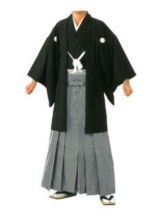 Montsuki: El novio, por otra parte, viste Montsuki o Kuro Montsuki, igual que el anterior pero con Haori ( chaqueta) de color negro, con el lazo, con el emblema de la familia bien visible y más formal, aunque la Haori la pueden vestir hombres y mujeres, la Haori negra con los emblemas de la familia es típicamente masculina.