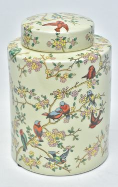 Grande potiche em cerâmica vitrificada chinesa na cor bege predominante, decorado com pássaros repostados sobre galhos e flores. Mede 27x20 cm.