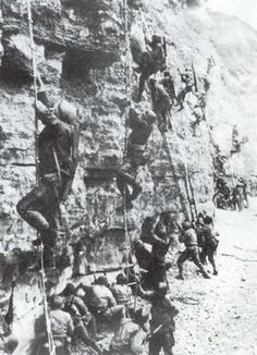 American US Army Rangers scale the cliffs at Pointe du Hoc - Débarquement de Normandie - 6 juin 1944 -