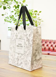 papaer bag Design Print Graphic Fashion 紙袋 デザイン 印刷 グラフィクデザイン ファッション Fashion Packaging, Brand Packaging, Gift Packaging, Packaging Design, Branding Design, Jewelry Shop, Jewelry Stores, Shopping Bag Design, Paper Bag Design