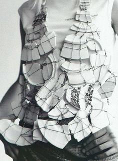 Martin Margiela casse la vaisselle ! (Veste Maison Martin Margiela & T-Shirt Raf Simons - I-D Magazine 2001)