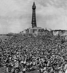 Oh we did like to be beside the seaside! The pictures which show the heyday of Blackpool as THE British holiday resort Blackpool Beach, Blackpool Promenade, Seaside Resort, Seaside Towns, Old Pictures, Old Photos, Vintage Photos, Blackpool England, British Holidays