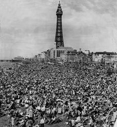 Blackpool Central Beach, 1964. #Blackpool #Beach pic.twitter.com/VVsPMyqQBc