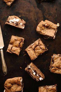 Vegan Gluten-Free S'mores Bars Vegan Gluten Free Desserts, Vegan Treats, Yummy Treats, Sweet Treats, Vegan Recipes, Vegan Food, Vegan Cake, Vegan Baking, Healthy Baking