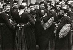 Steden en dorpen. Meisjes in Staphorster klederdracht nemen zakken/kussens mee naar Zwolle en het is de bedoeling dat jongens die proberen af te pakken. Staphorst, Nederland, 1937.