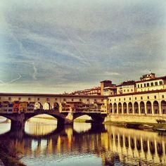 """Florenz gilt allgemein als Wiege der Renaissance und zieht jährlich Unmengen in- und ausländischer Touristen an, die die einzigartigen Bauwerke und Kirchen der Stadt besuchen wollen. Die toskanische Hauptstadt besitzt nach Stendhal einen """"feinen Charme"""" und ist der Schrein eines weltweit bekannten kulturhistorischen Erbes, das aus dem Stadtzentrum ein Archiv der italienischen und europäischen Geschichte macht."""
