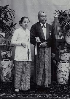 The history of Batik Indonesia, how it become a high end fashion from the old timea until now. Old Pictures, Old Photos, Vintage Photos, Vintage Artwork, Vintage Stuff, Javanese Wedding, Islam Women, Dutch East Indies, Historical Pictures