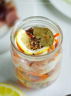 """Конечно, """"точно как в Голландии"""" она не будет. Хотя бы по двум причинам. Она не из Голландии. Мы не в Голландии. Тем не менее — обещаем— это очень вкусно! Вам потребуется: 2 свежемороженых сельди 2 луковицы половина лимона около 6 чайных ложек сахара 1 морковь лавровый лист (10-12 шт) соль (2 ст.л.) 8-10 горошин черного […]"""