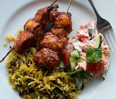Tandoori chicken skewers with lemon, coconut and almond pilaf – Recipes – Bite Chicken Slices, Chicken Skewers, Marinated Chicken, Tandoori Chicken, Chicken Recipes, Chicken Meals, Have Time, Main Dishes, Beef