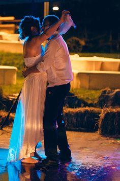 """Eine der großen Sorgen (vor allem der Bräute) ist das Wetter am Hochzeitstag. Deshalb bekommen wir als Hochzeitsfotografen immer wieder die Frage gestellt """"und was ist, wenn es regnet?"""". Wir lächeln und sagen """"wir lieben Regen""""… Natürlich wünschen wir jedem Brautpaar tolles Wetter an ihrem Hochzeitstag. Doch das Wetter lässt sich nun mal nicht auf…"""