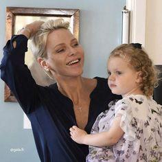 Charlène radieuse et souriante avec sa fille Gabriella, toute rousse et bouclée