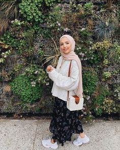Image may contain: 1 person, standing and outdoor – Hijab Fashion Modern Hijab Fashion, Street Hijab Fashion, Hijab Fashion Inspiration, Muslim Fashion, Modest Fashion, Skirt Fashion, Fashion Outfits, Fashion Trends, Style Inspiration