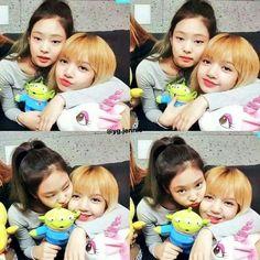 Jennie Kim and La lisa Manoban Kpop Girl Groups, Korean Girl Groups, Kpop Girls, Yg Entertainment, K Pop, Mundo Musical, Black Pink Kpop, Wattpad, Blackpink Photos