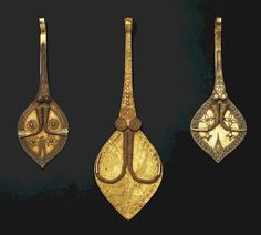Indonesia ~ South Nias | Leaf shaped ear pendants ~ sialu ~ gold | 19th century || A single sialu was worn in the right ear by noblemen || Source: 'Gold Jewellery of the Indonesian Archipelago'; page 411